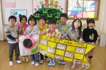 鯉のぼりを持つ子ども達の写真