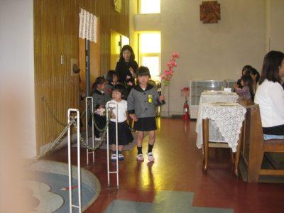 年長さんがひよこ組やいちご組とペアを組んで聖堂に入ってきました。