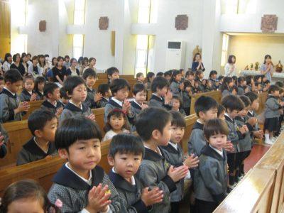 聖堂に全員が集まりました。お兄さんやお姉さんと一緒だと安心ですね。