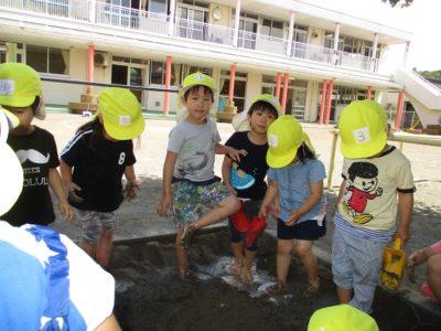 みんなの作った穴にお水を入れて・・・泥水のできあがり。