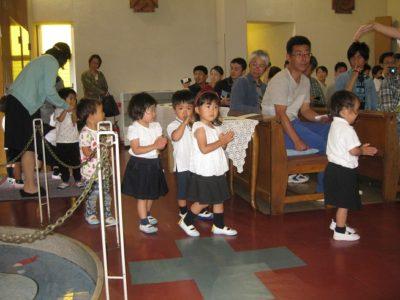 満3歳のいちご組さんから、聖堂に入りました。