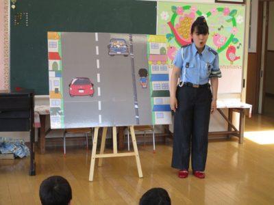 年中の子供達にお話をする、交通指導員のお姉さん