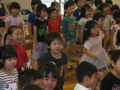 子ども達も真似しながら楽しんでいます。
