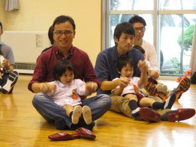 年少・満3歳の子ども達は、ホールでお父様と一緒に親子体操をしました。