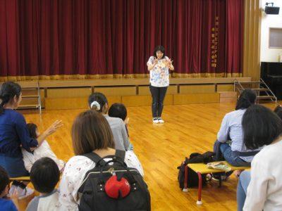 園長先生のお話の後は、みんな一緒に手遊びをしました。