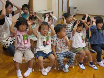 満3歳のいちご組のお友だちも参加、楽しそうに手遊びをやりました。