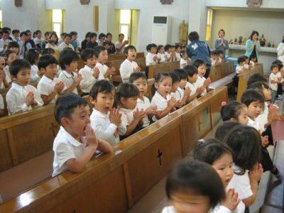 手を合わせ、聖歌「アーメンハレルヤ」を歌う子ども達