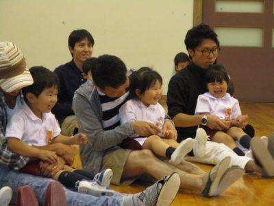 お父さんのお膝に乗って嬉しそうな子ども達です。