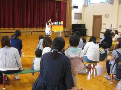 先生によるペープサートも、みな集中して見ていました。