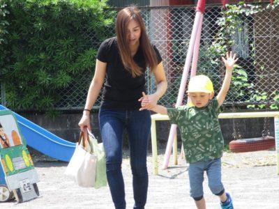 お母様と一緒に手をあげて、歩道を渡る練習です。