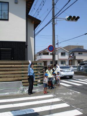 年長さんは、お母さんが後ろで見守る中、一人で歩く練習をしました。