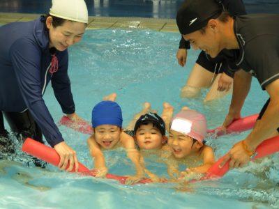年少さん達は、2本の長い浮き輪を使って、泳ぎました。