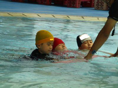 3人ずつ、つかまってプールの中を泳ぎました。