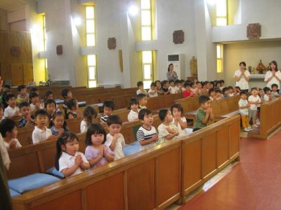 聖歌「大波のように」を歌い、手を合わせ皆でお祈りしました。