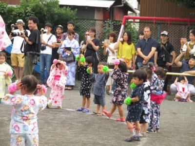満3歳のお友だちも、一生懸命踊っています。
