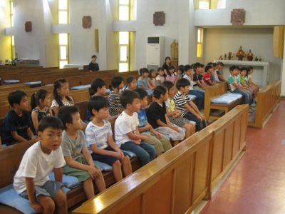 学年ごとに並んでお聖堂に座りました。