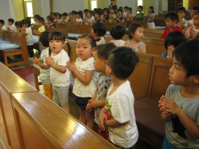 満3歳のお友だちも、寄りかからないで立って、お祈りが出来るようになりました。