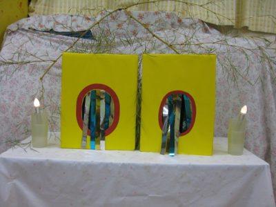 真っ暗の中に箱が2つ。右には氷水のつまったゴム手袋、左にはお菓子の引換券が入っていました。