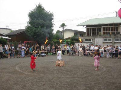 3年生の卒園生3人が、火の天使になって、キャンプファイヤーに点火しました。
