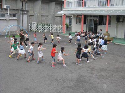 年長組、本番は鳴子をならしながら踊ります。