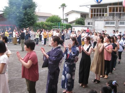 子ども達が嬉しそうに見守る中、お母たちみんなで「沼津ふるさとの街」を踊りました。