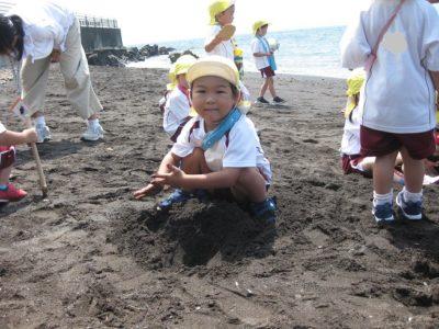 こちらはお山を作っています。広いお砂場楽しいね。