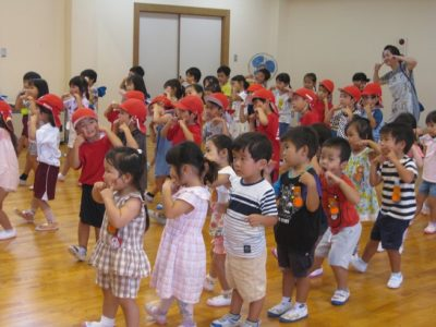 朝、ホールに集まって運動会で踊る「全体遊戯」の練習をしました。