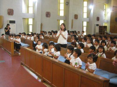 満3歳のいちご組さんも、しっかり手を合わせてお祈りしています。