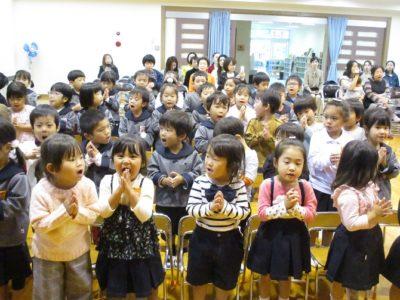 今月の聖歌「神様といつも一緒」を歌う園児達
