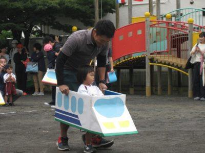 いよいよ親子競技です。今日は新幹線の運転手さん。出発進行!