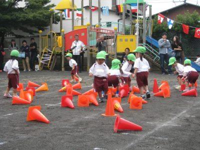 満3歳児によるコーンたおし競争