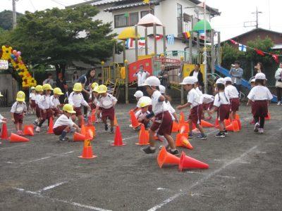 年少組はコーンたおしおこしゲームで競いました。