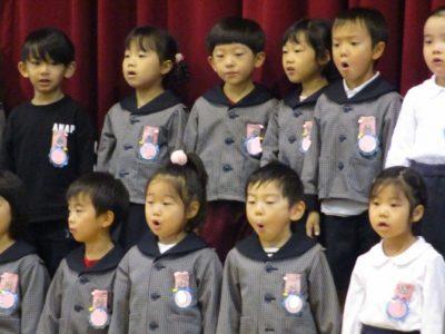 「恋するニワトリ」の楽しい歌詞に、聞いている先生達もにっこり。