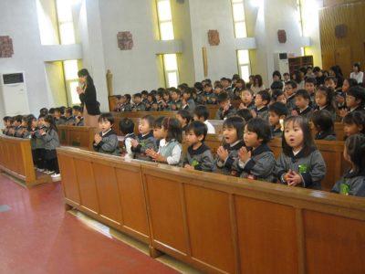 お聖堂に集まって聖歌を歌う園児たち