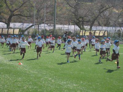 広いサッカーグラウンドを、思いっきり走る子供達