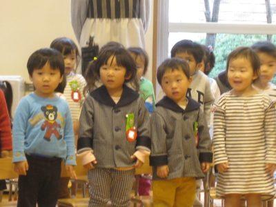 年少さん満三歳のお友達による「くだもの列車」の歌の発表です。