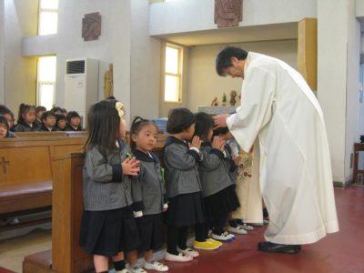 神父様が子ども達一人ひとりに祝福をして下さいました。