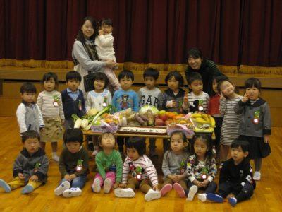 集まった果物やお野菜の前で学年ごとの写真を撮りました。