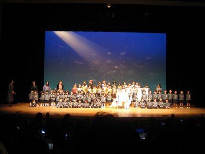 全園児が舞台に集まり、グローリアを歌いました。