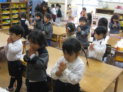 朝の会でお祈りする満3才のおともだち