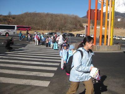 富士山の麓に到着。雪はほとんどありませんでした。