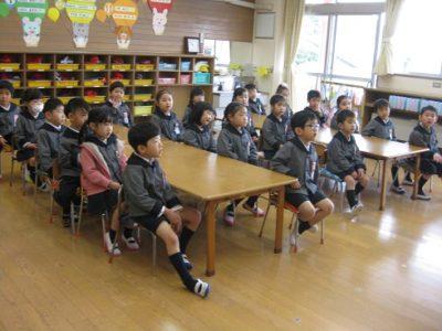 年中組はしっかり先生のお話を聞いています。