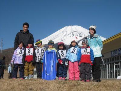 大きい富士山をバックに、グループ写真の撮影