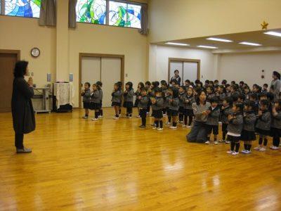 ホールに集まり、始業式をしました。