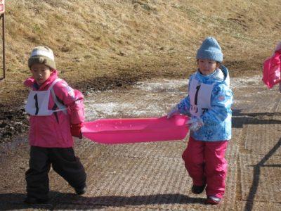 滑った後、脇の坂道を登る子供たち