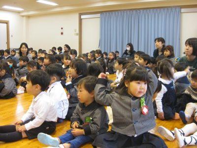 満3才の子ども達も、お話を聞いています。