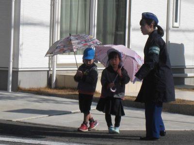 さぁ、傘を持って道路を歩く練習です。