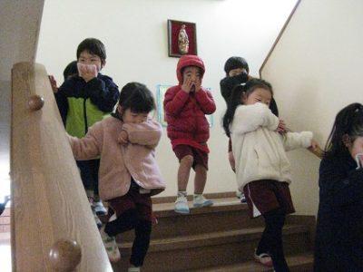 火災報知器が鳴って、急いで階段を降りる年中の子ども達