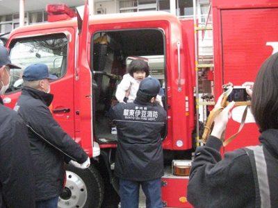 全員が順番に、消防自動車に乗ってみました。