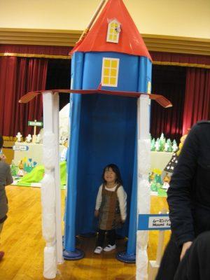 全園児で共同製作したムーミンハウスがホールの真ん中に置かれています。